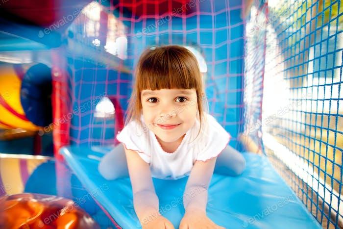 Mädchen legen in bunten Spielplatz