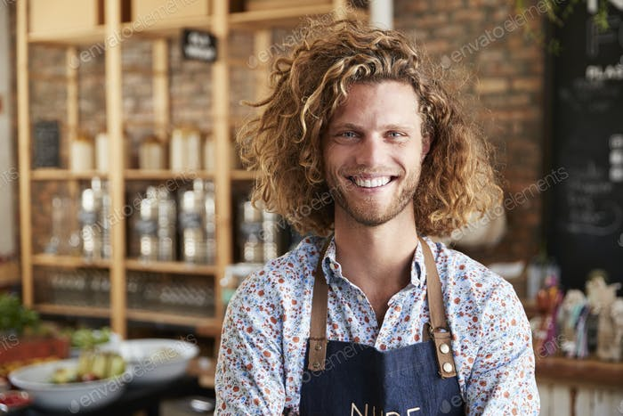 Porträt von männlichen Besitzer der nachhaltigen Kunststoff Free Lebensmittelgeschäft