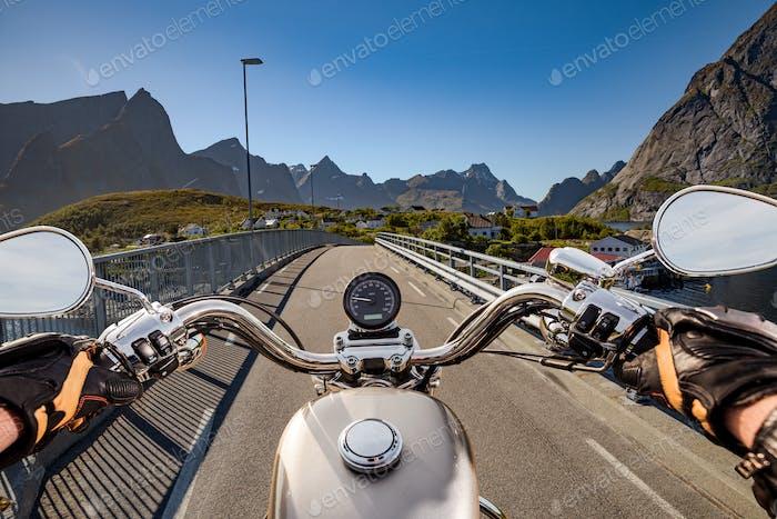 Biker fährt auf der Straße in Norwegen. First-Person-Ansicht.