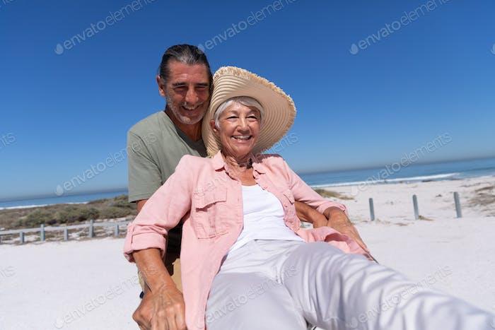 Senior kaukasischen Paar mit dem Fahrrad am Strand
