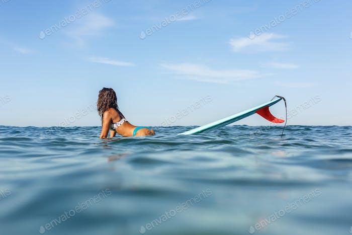Ein schönes sportliches Mädchen Surfen im Meer.