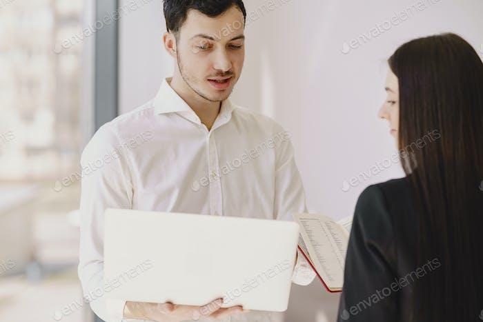Geschäftsmann mit seinem Partner arbeitet in einem Büro