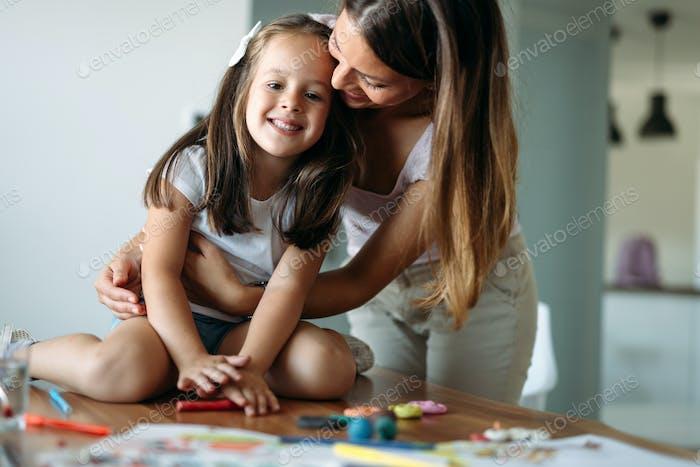 Glückliche Familie mit Spaß Zeit zu Hause