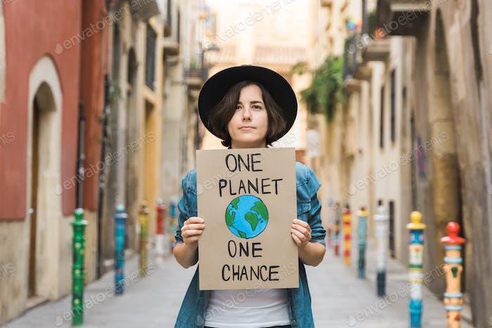 Protesta de niñas manifestantes por el cambio climático al aire libre en la ciudad - Niña sosteniendo Banner cálida global