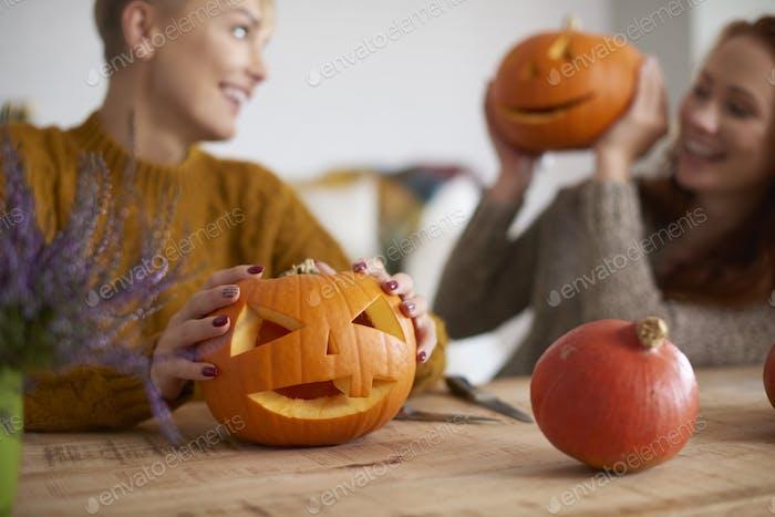 Calabaza de Halloween en la mano humana