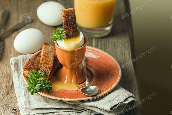 gekochte Eier und knusprige Toasts