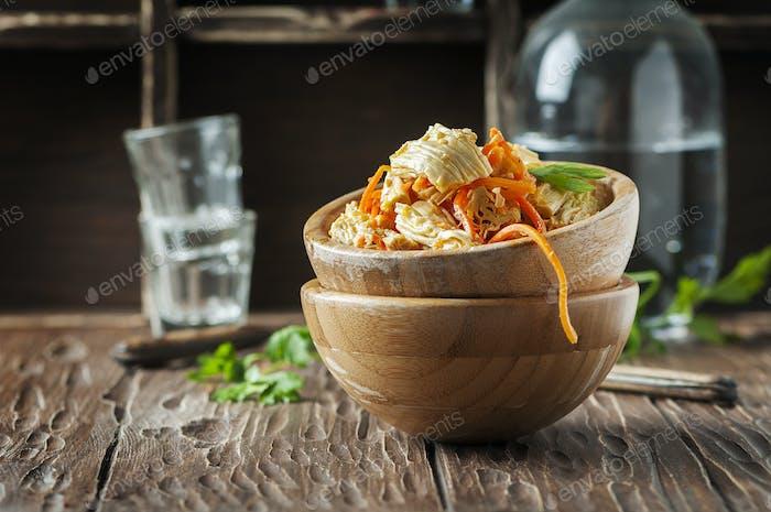 Salat mit Tofu-Haut und Karotte