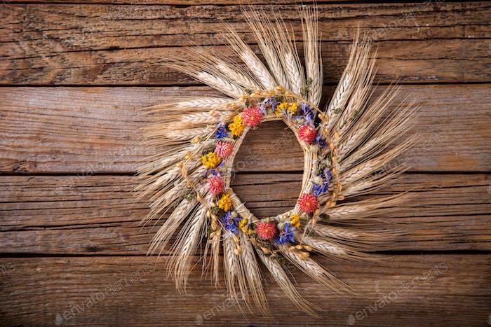 Kranz aus Ähren von Mais und getrockneten Blumen.