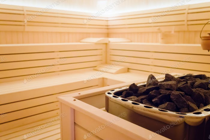 Schönes Sauna-Interieur mit Steinen