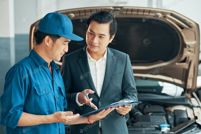 Mechanic and client discussing vehicle malfunction