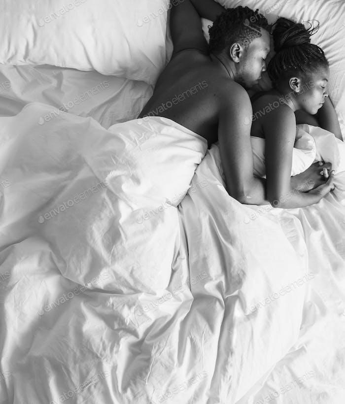 Schwarz-Weiß-Foto von afrikanischen Abstammung Paar schlafen auf der