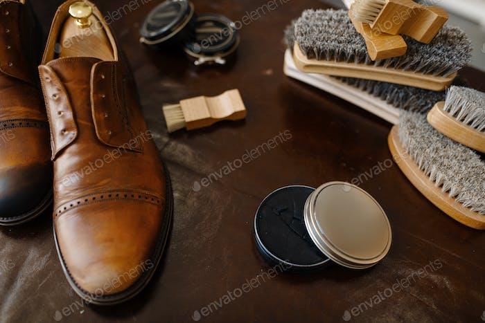 Schuhreparaturservice Konzept, Stiefel und Politur