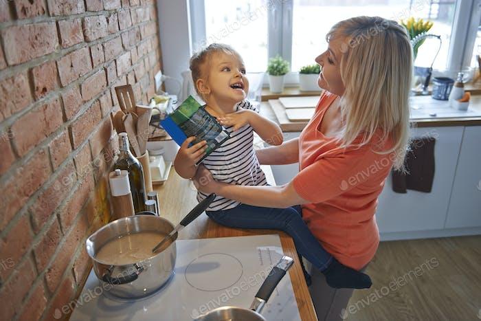 Lustige Zeit mit Oma in der Küche