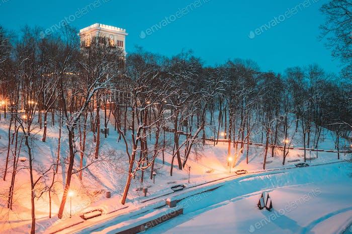 Gomel, Weißrussland. Stadtpark in der Winternacht. Uhrturm von Rumyantsevs Und Paskeviches Palast Und