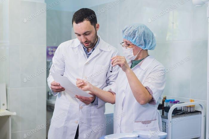 Eine Gruppe von Wissenschaftlern forscht in einem wissenschaftlichen Labor mit fortschrittlicher Technologie. COVID