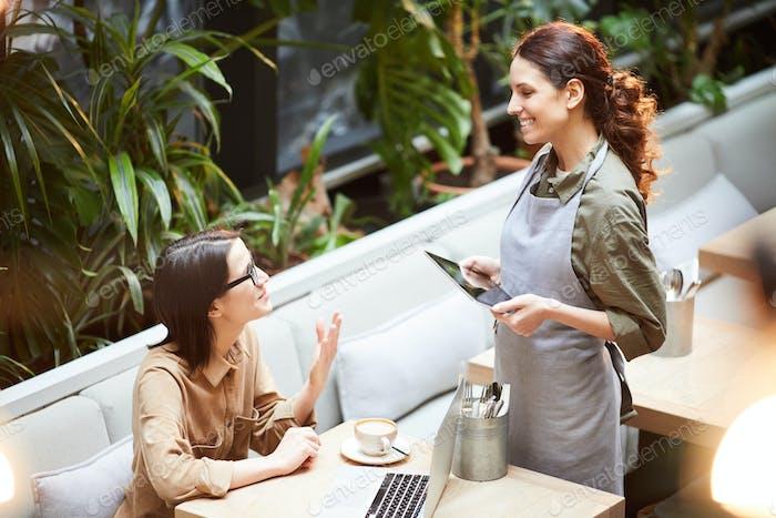 Леди спрашивает официантку о десерте