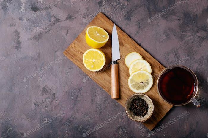 Schwarzer Tee in Glastasse