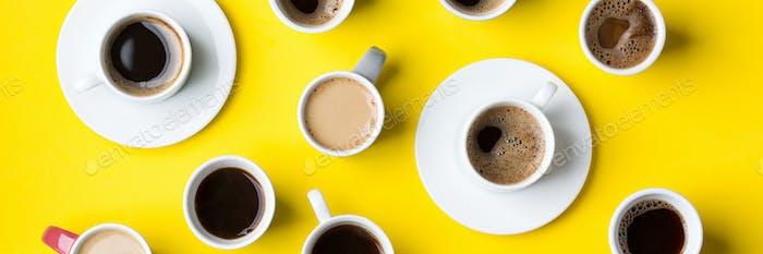 Kreative flache Lay mit Auswahl an Kaffeetassen