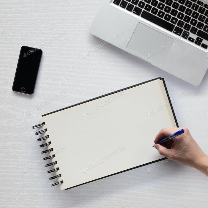 Maqueta con objetos relacionados con el trabajo desde casa, la escritura y el dibujo