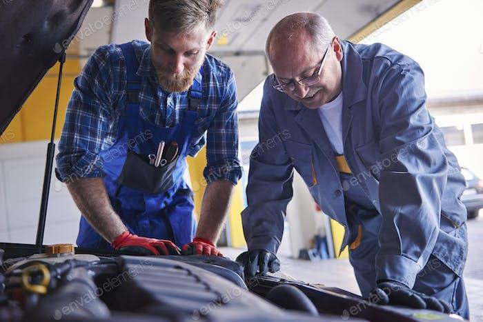Professionelle Mechanik bei populärer Autowerkstatt