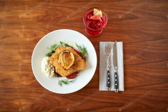 Nahaufnahme von Fischsalat mit gerösteter Zitrone auf Teller