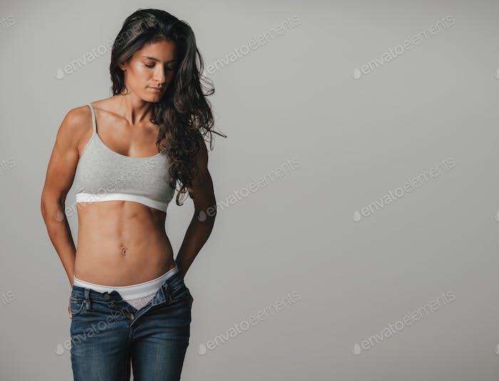 Hermosa Mujer Con Pantalones Descremallados Mirando Sobre Foto De Jacoblund En Envato Elements