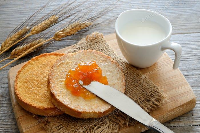 Frühstück mit holländischen goldenen knusprigen Zwieback und Milch