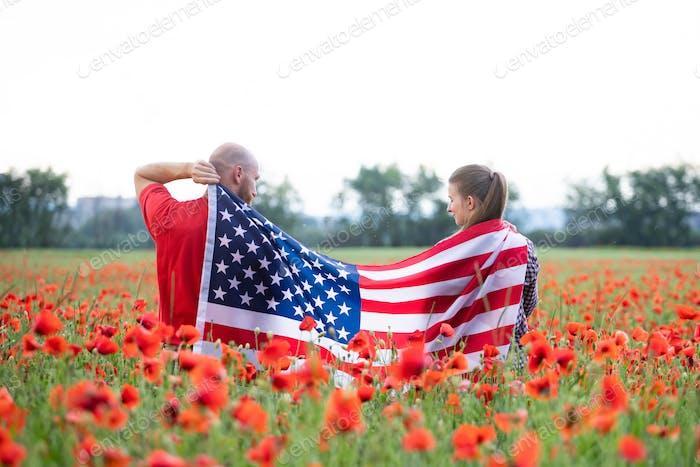 Paar hält die amerikanische Flagge am 4. Juli