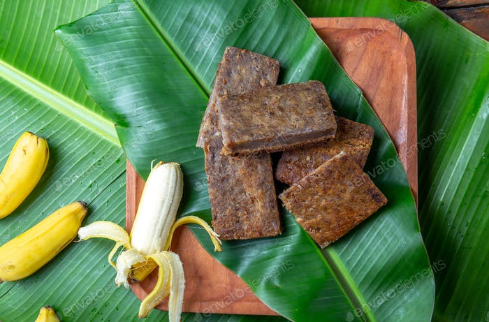 Osterinsel Tahiti-polynesische Bananenkuchen Pupping POE auf Holzteller auf Bananenpalmenblättern.