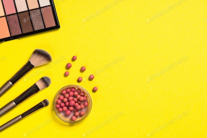 Gesichtspuder und Pinsel für professionelles Make-up
