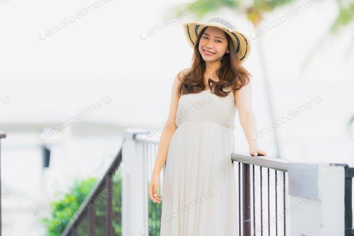 Porträt schöne junge asiatische Frau glücklich und Lächeln mit Reisen