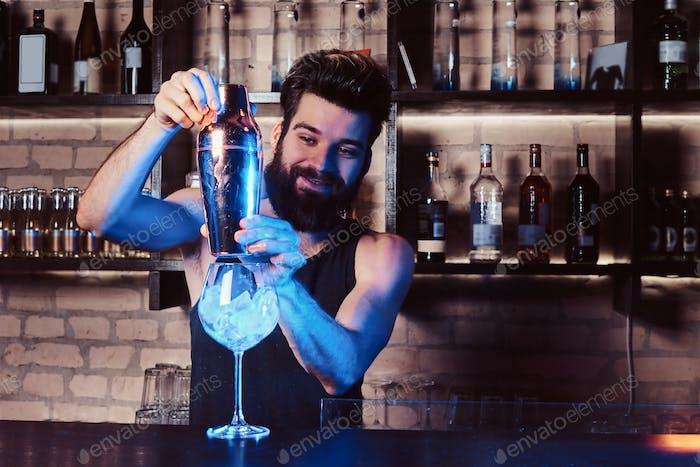 Ein Barkeeper arbeitet hinter der Bar Theke