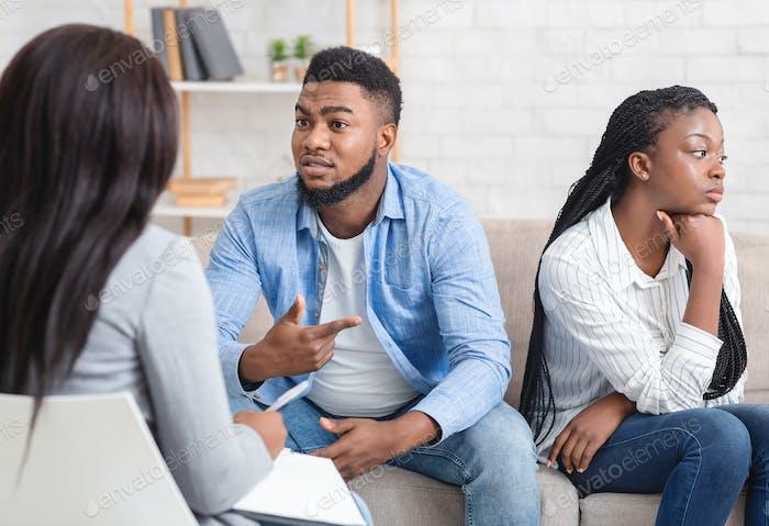 Afro Paar teilen Familienprobleme in der Anwaltskanzlei