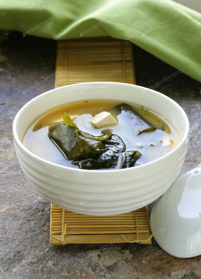 Japanische Miso-Suppe mit Tofu