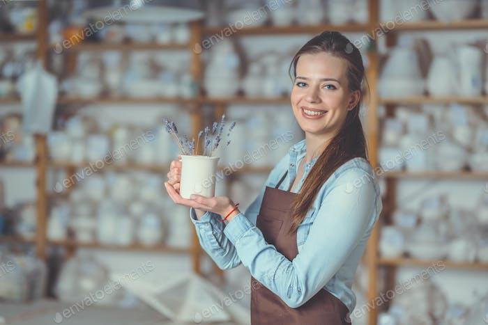 Junges Mädchen mit einer Vase in Keramik