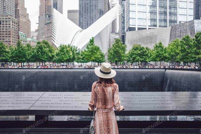 Chica joven en el 9/11 Memorial en Nueva
