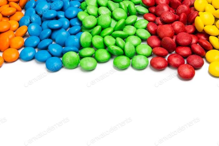 Nahaufnahme bunte Schokolade Süßigkeiten auf weißem Hintergrund mit Platz