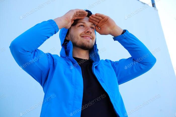 Hombre positivo en azul sudadera con capucha