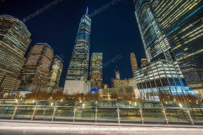 New Yorker Stadtbild mit 911-Denkmal in der Dämmerung, Vereinigte Staaten von Amerika, USA