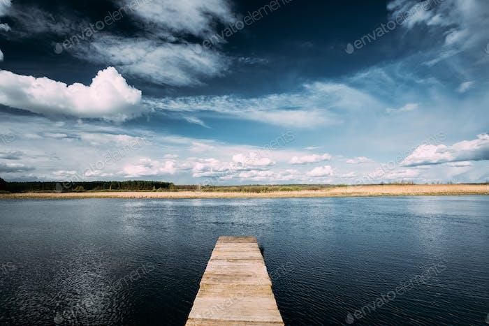 Alte Holzbretter Pier Auf Ruhigen Wasser Von See Oder Fluss Am Abend