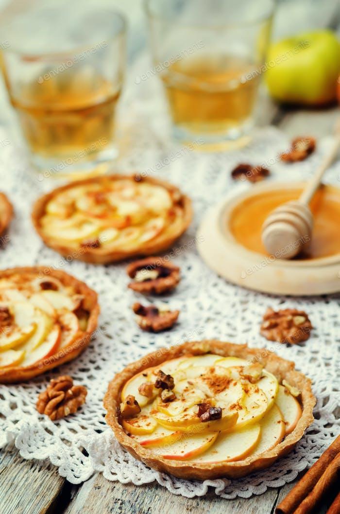 Roggentörtchen mit Äpfeln, Zimt, Honig und Walnüssen