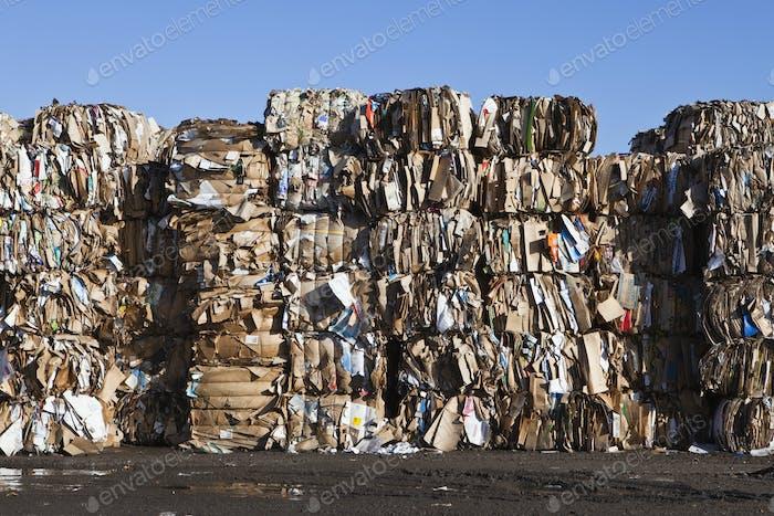 Müll recyceln, Müllabfuhr. Gestapelte Abfallballen