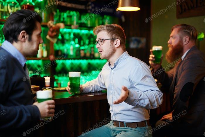 Hablando por un vaso de cerveza