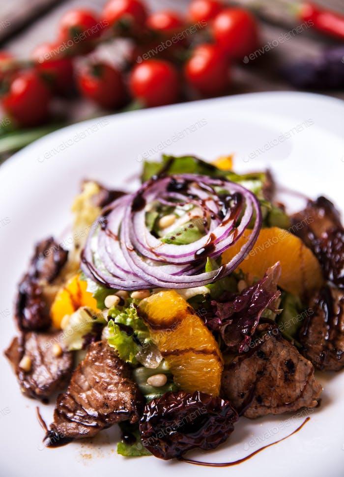 Salat mit Kalbs- und Orangenscheiben und frischen Kräutern