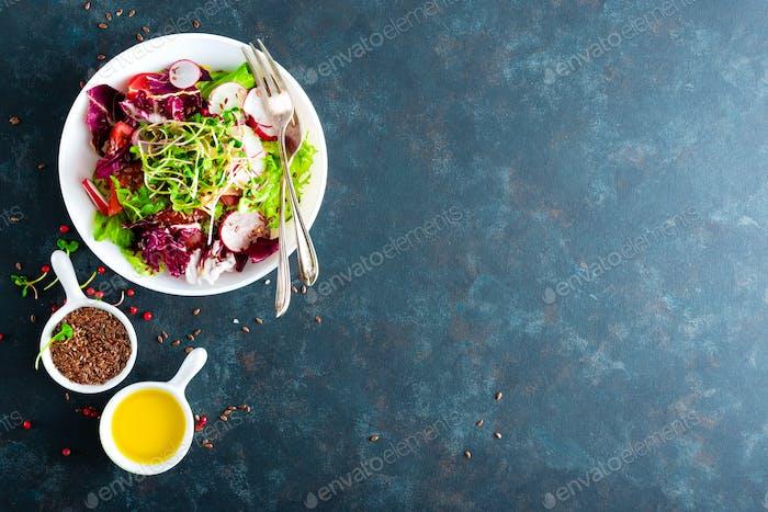 Frischer Gemüsesalateller