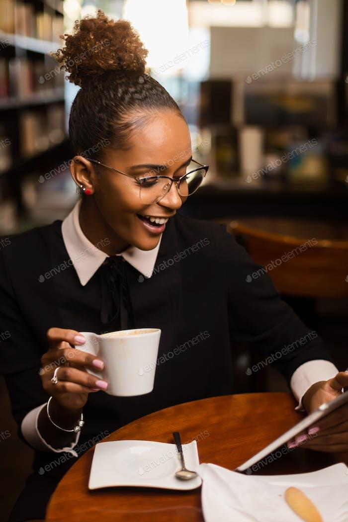 Schwarze afrikanische amerikanische junge yoman trinken Kaffee und mit einem t