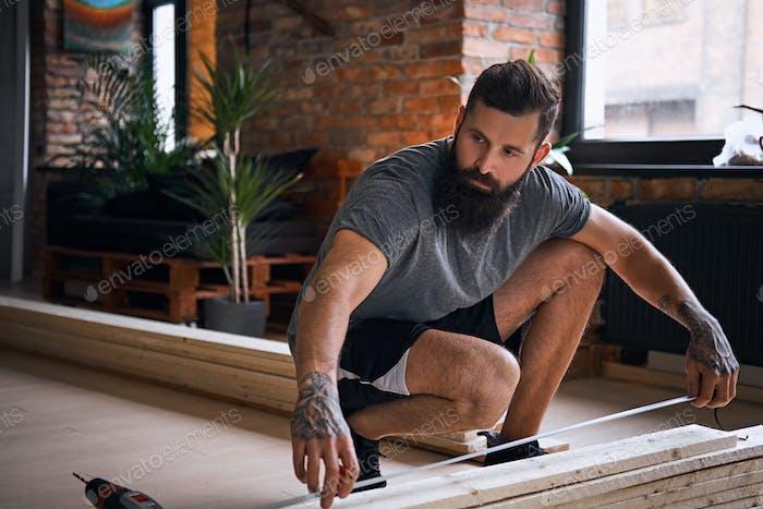 Плотницкие измерительные доски в комнате с мансардой.