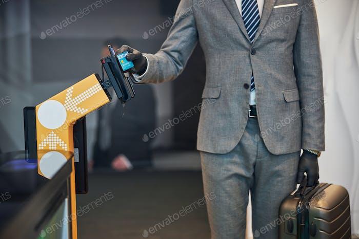 Especialista empresarial que realiza pagos en una barrera de billetes