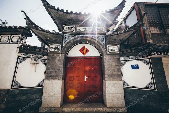 Außenansicht der Haustür und des Daches eines traditionellen chinesischen Wohnhauses.
