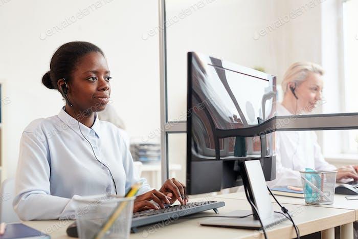 African-American Operator arbeitet im Customer Support Center